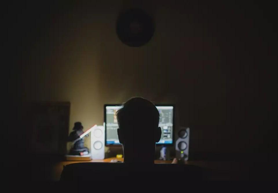 Yngling vid dator