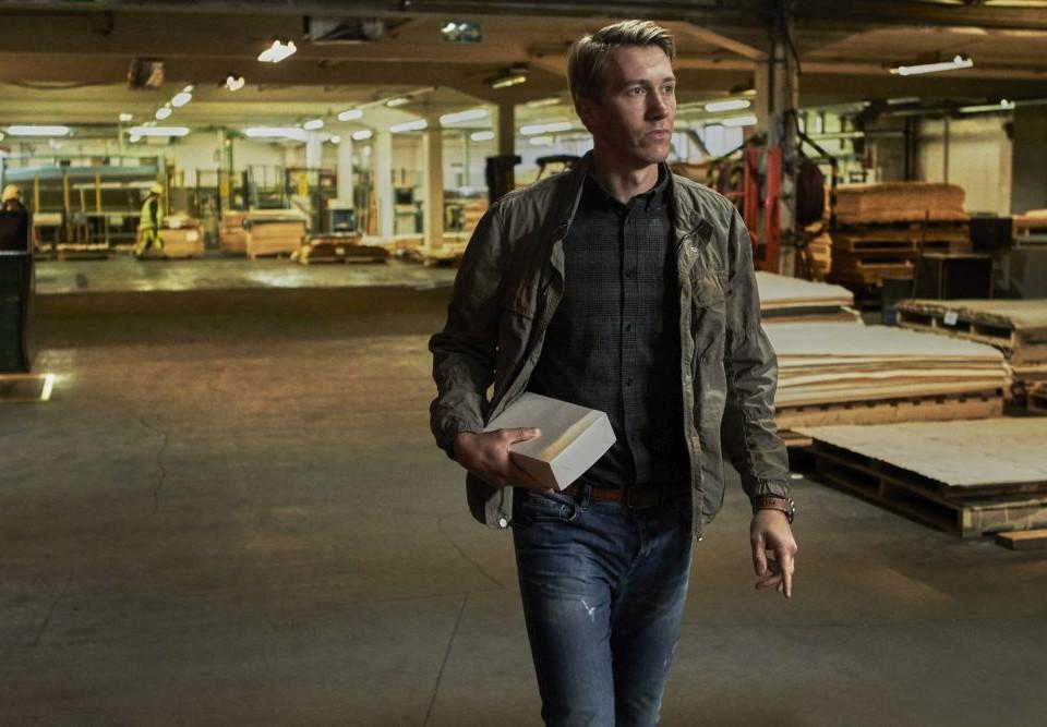 En man går i ett garage