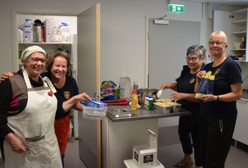 Fyra glada kvinnor kockar