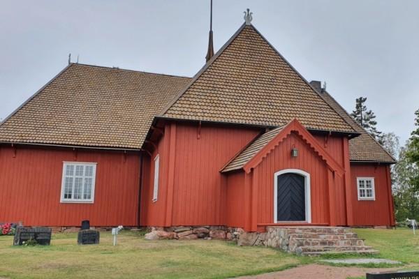 gammal kyrka i röd träbeklädnad