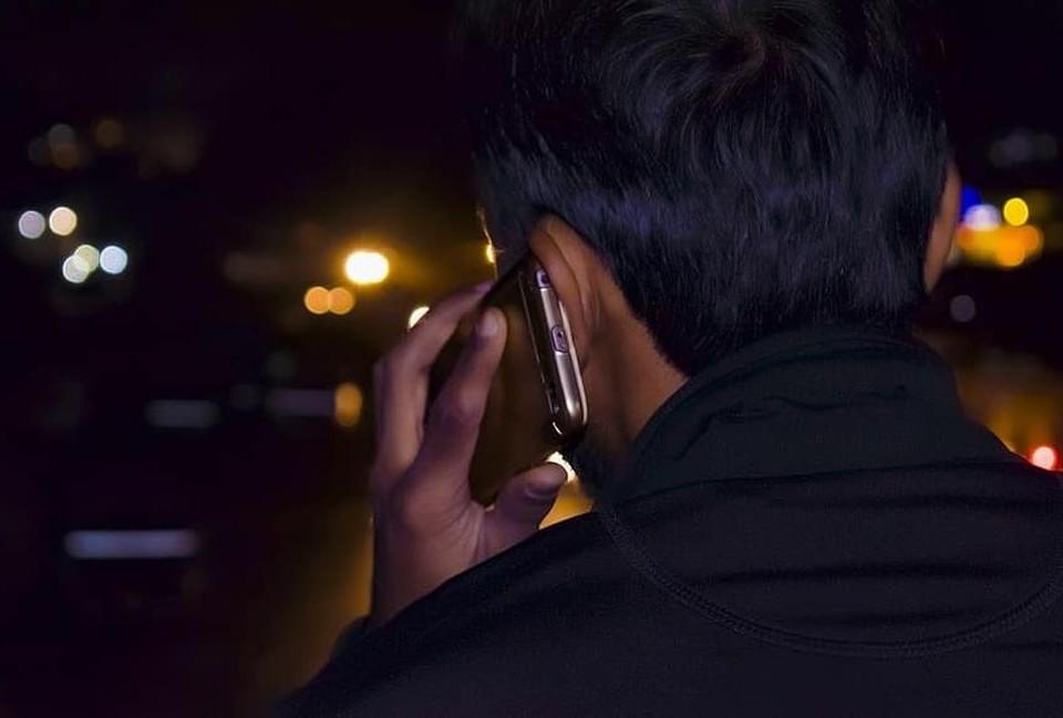 Man med mobiltelefon