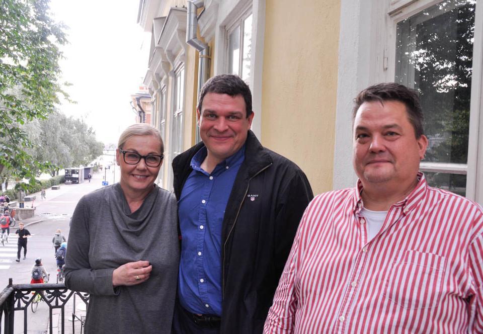 Tre människor på en balkong