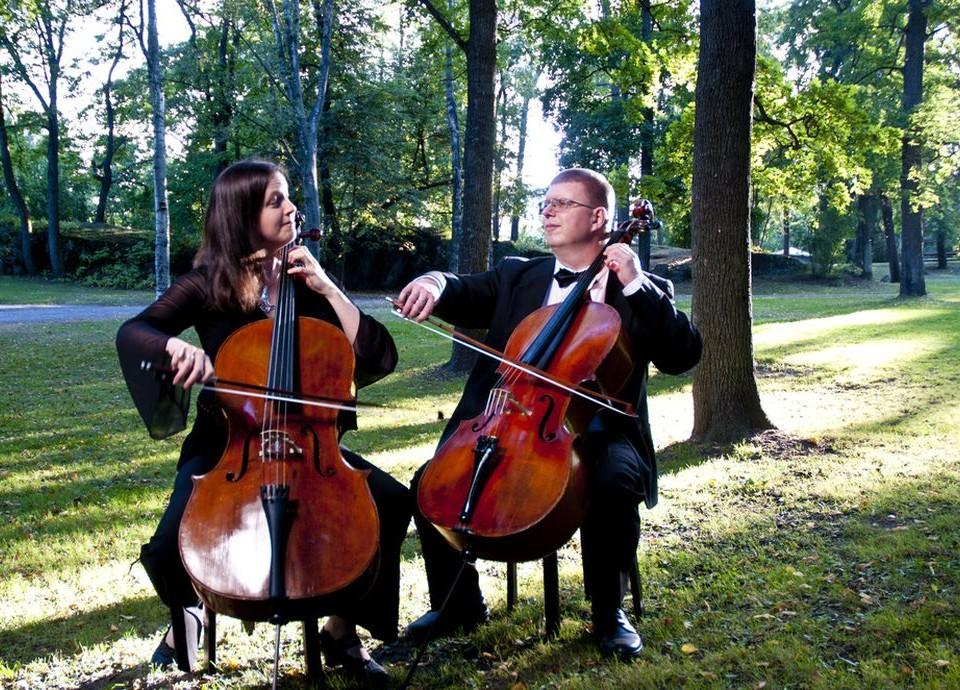 Kvinna och man med cello i park