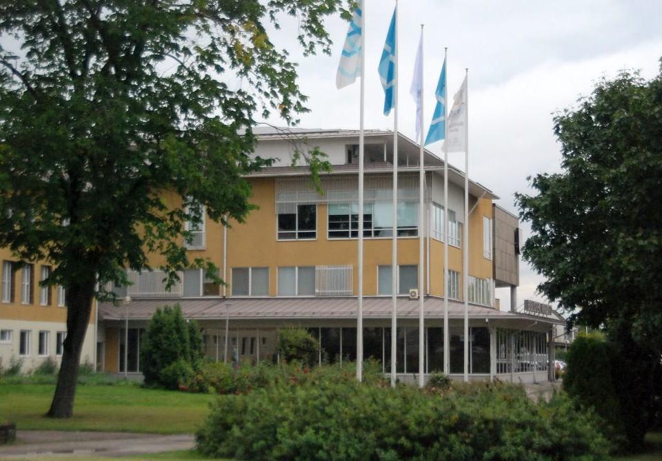 Ett hus med flaggor i förgrunden