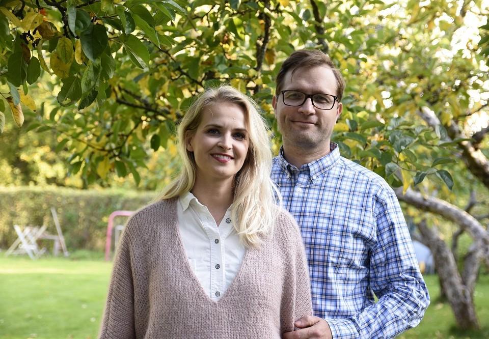 man och kvinna står utomhus i trädgården