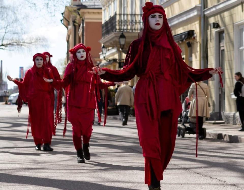 Rödklädda människor