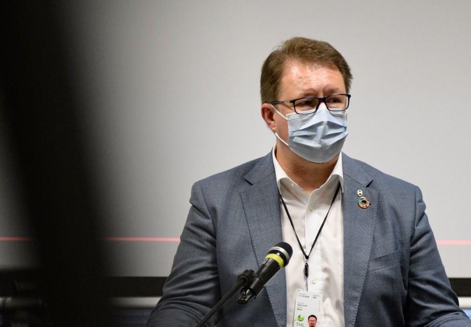 en man med munskydd