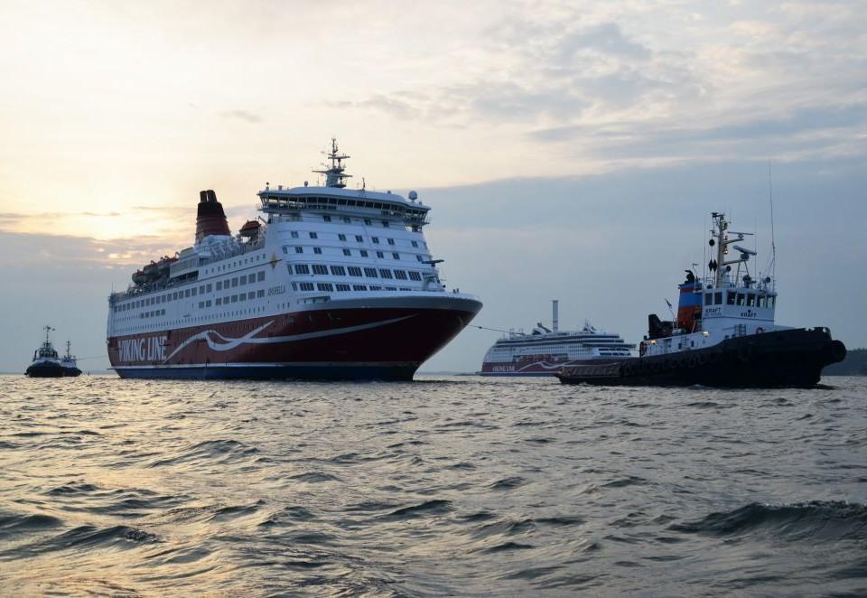Ett fartyg bogserar