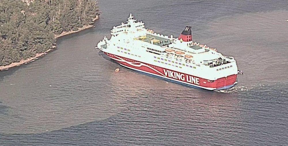 stort fartyg nära land.