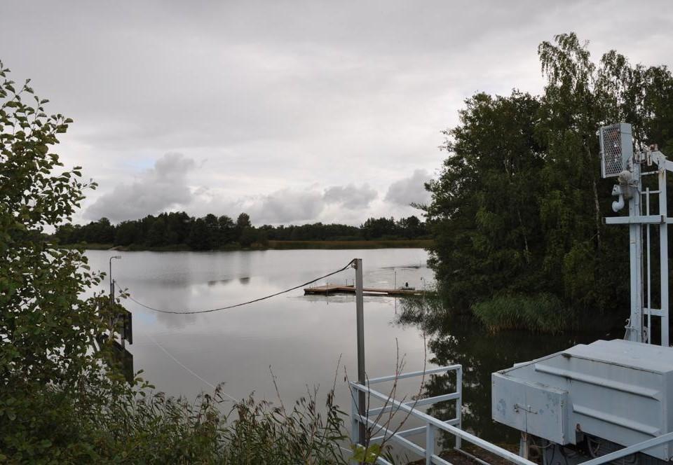 sluss i förgrunden, vatten i bakgrunden, september