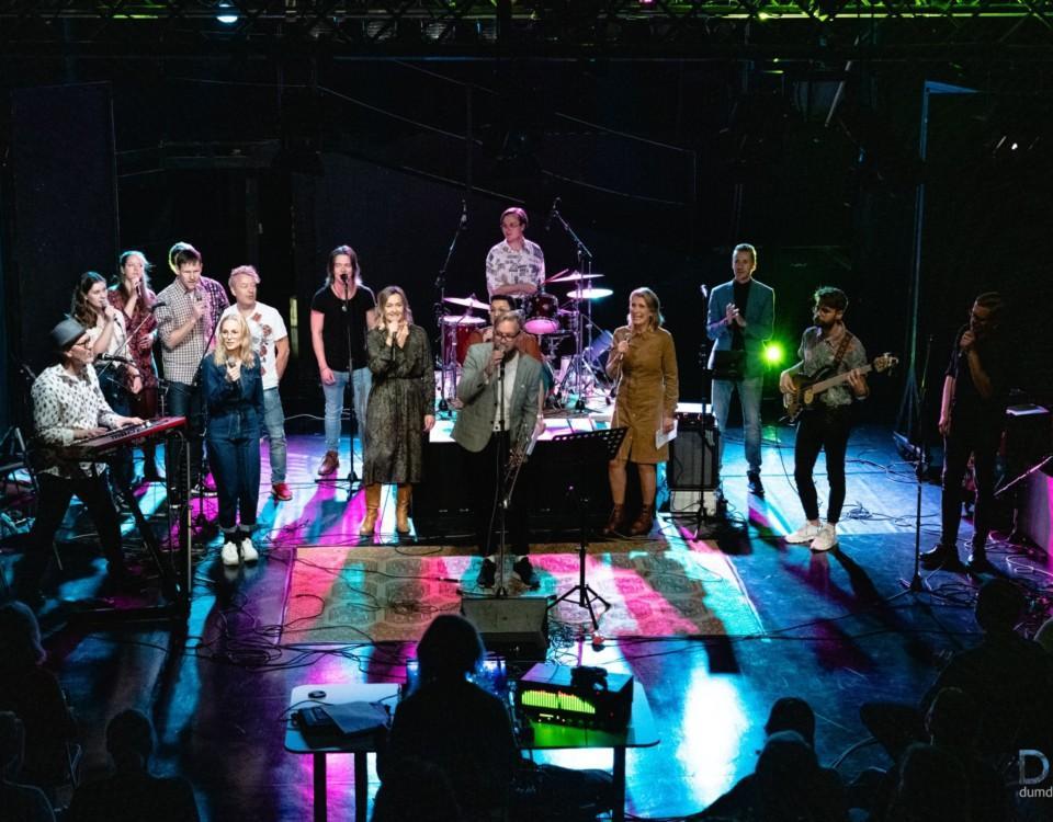 ett band på en scen