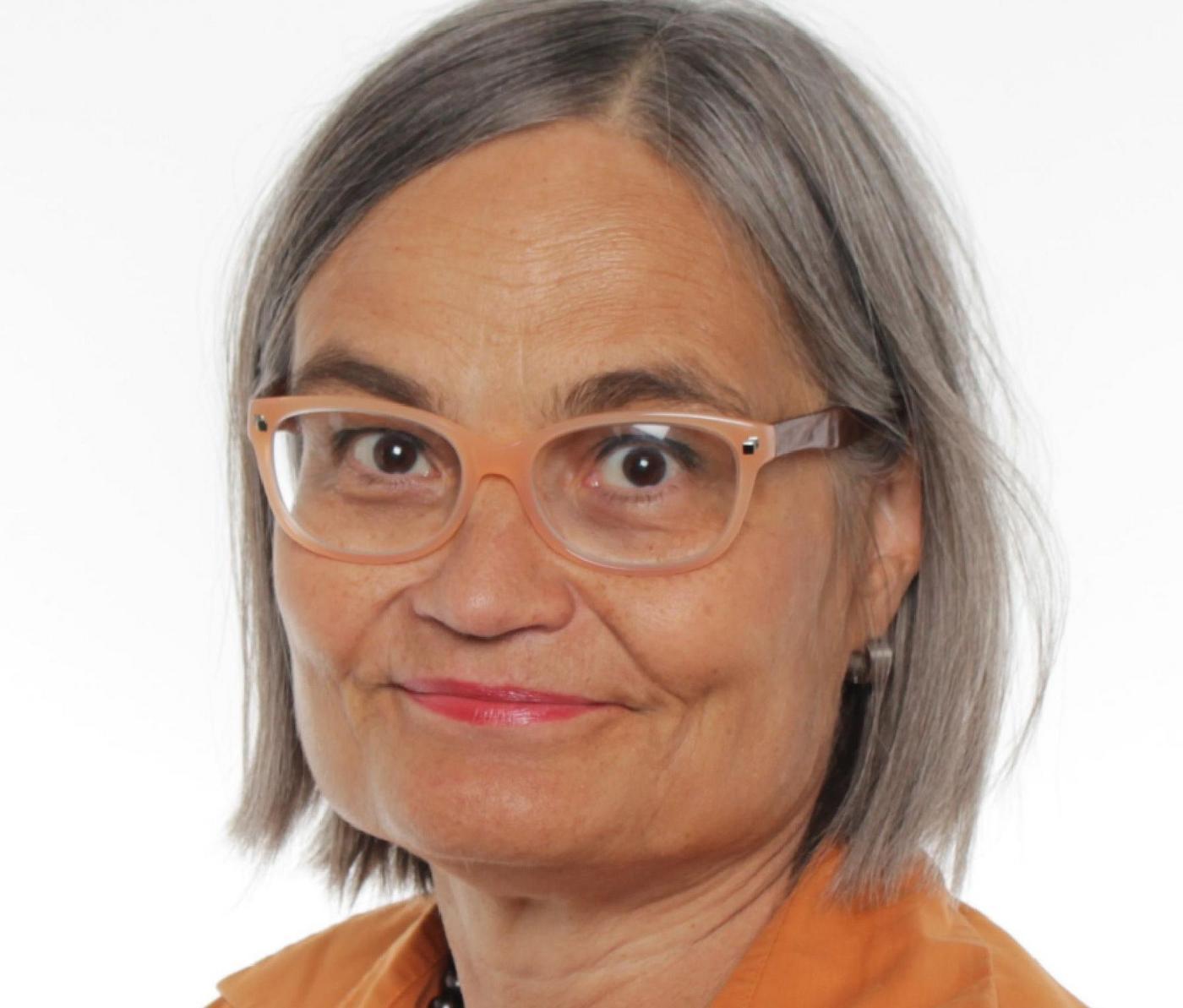 Kvinna med glasögon.