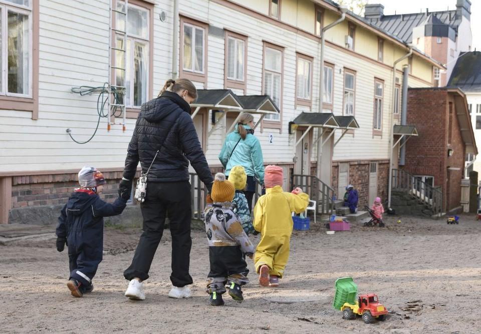 Vuxna med barn på en dagisgård.