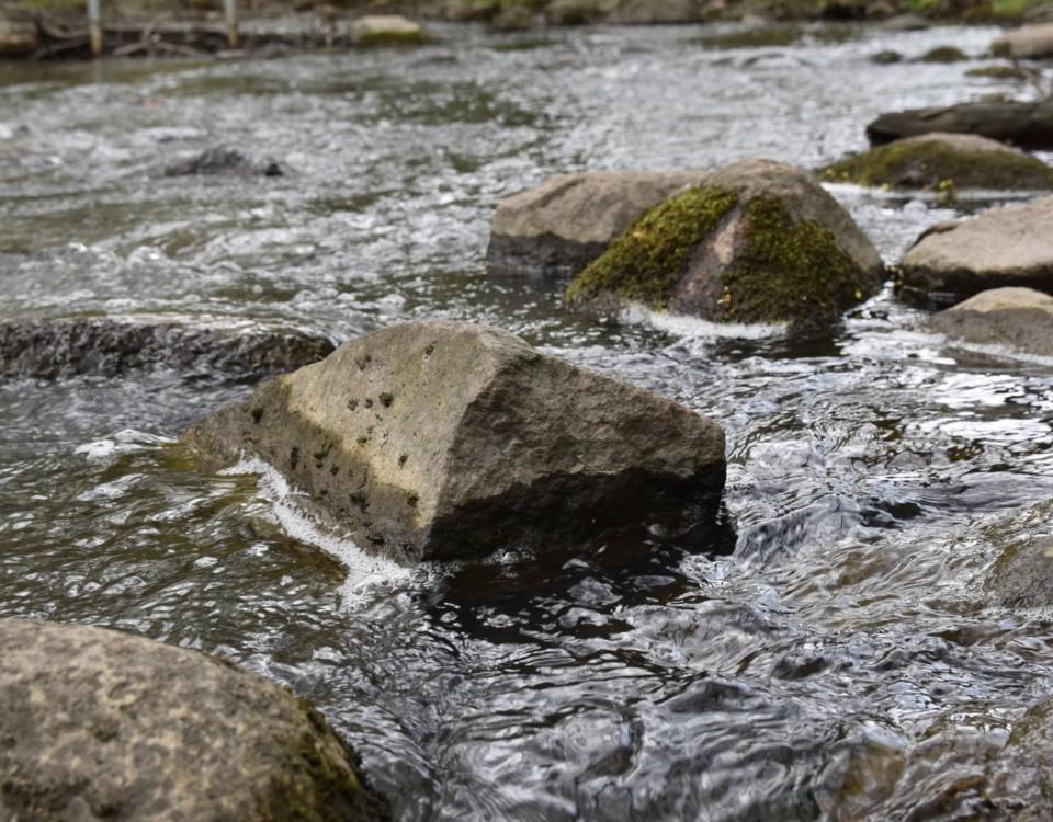 Vatten och stenar.