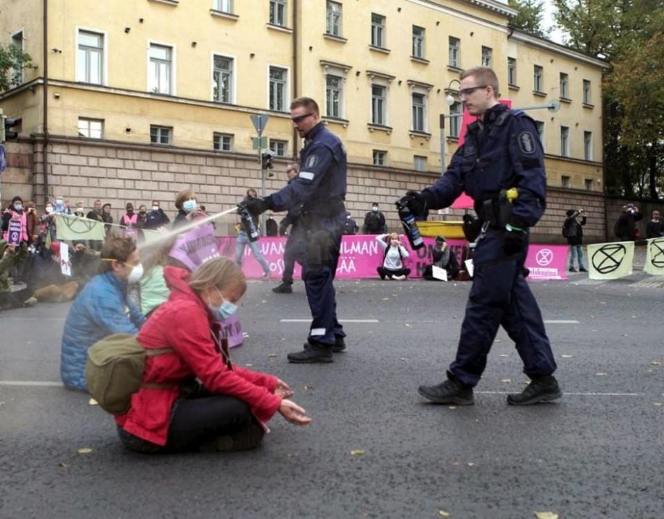 Polis sprutar tårgas på demonstranter