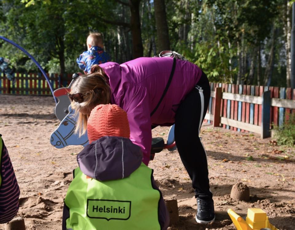 Barn och personal på en daghemsgård.
