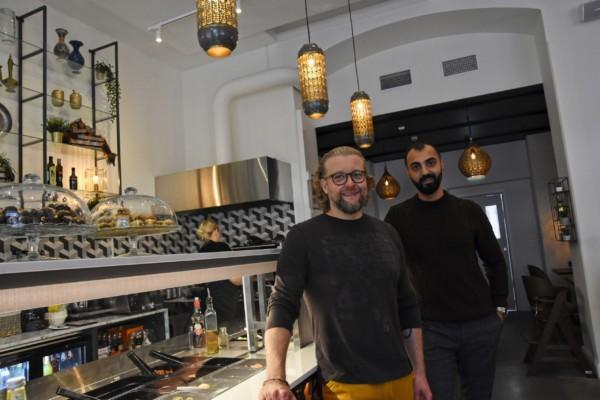 två män i en restaurang
