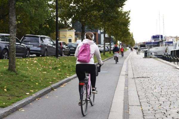 cyklist på cykelväg
