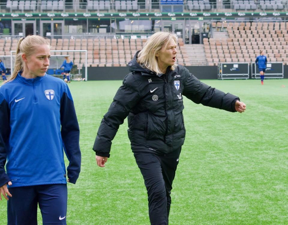 två damer på fotbollsplan