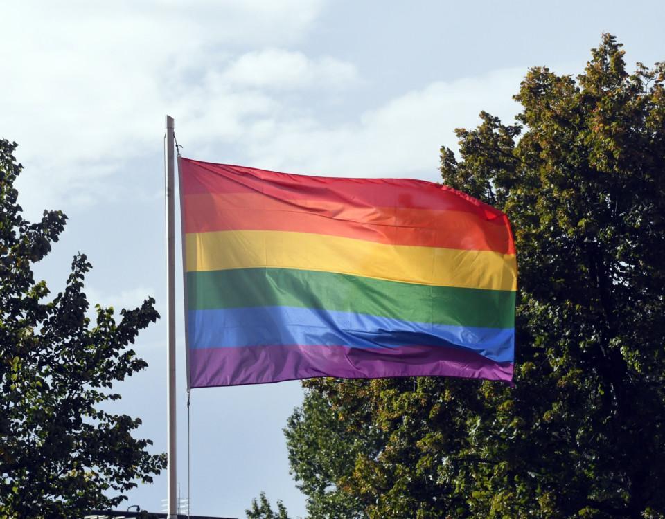 En flagga i regnbågsfärger.