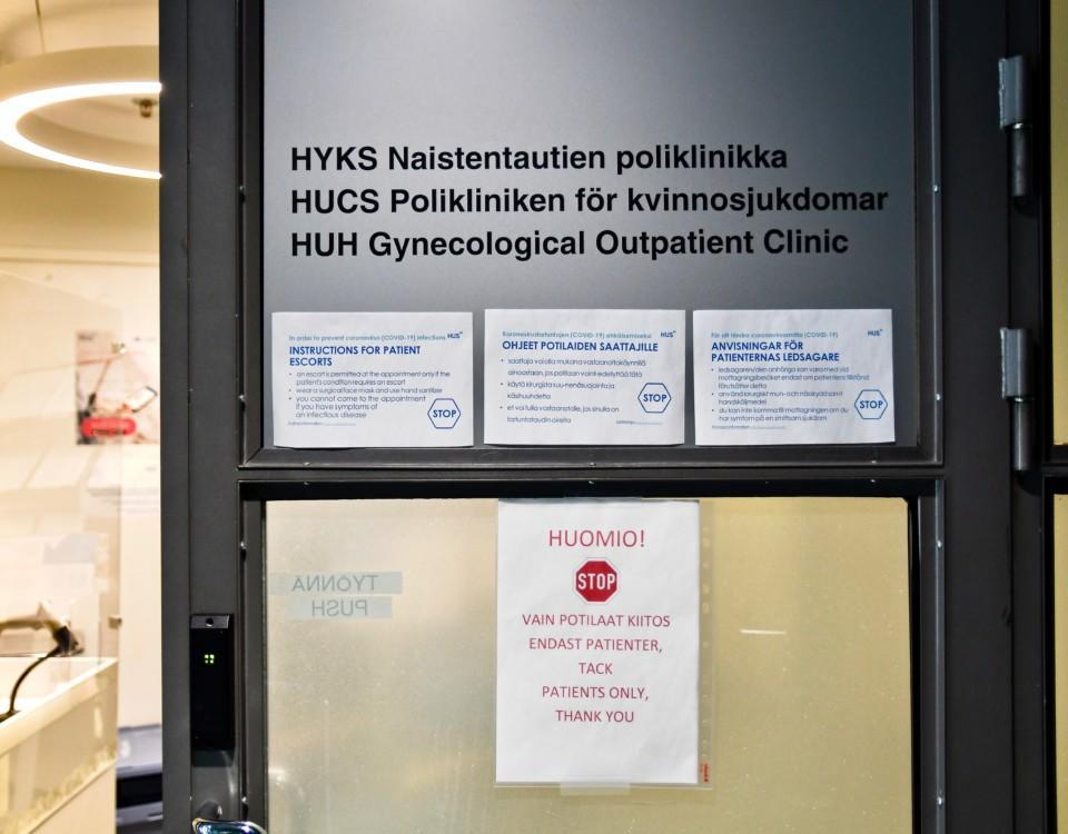 En dörr i ett sjukhus