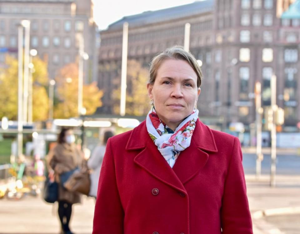 Kvinna i stadsmiljö