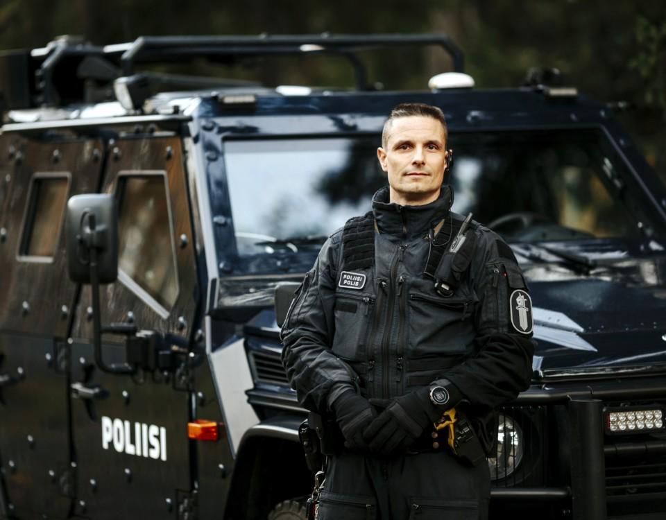 En polis framför en bil