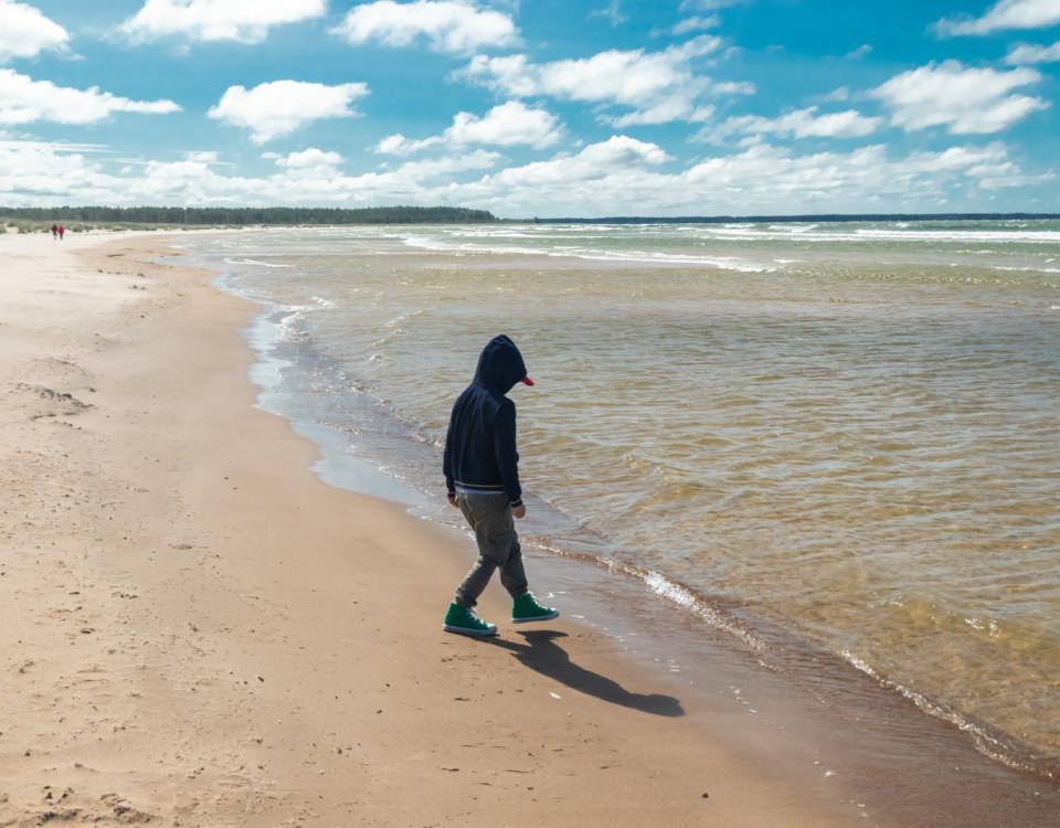 Ett barn på en strand.