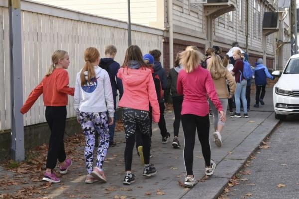Skolbarn på väg till skola