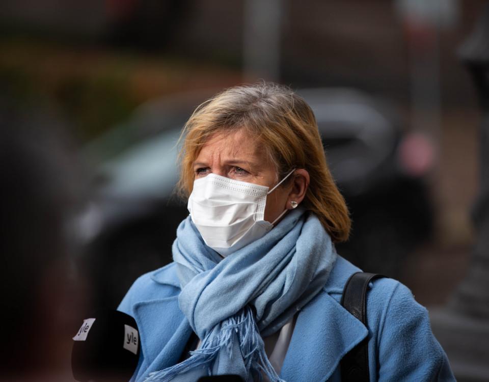 En kvinna med munskydd