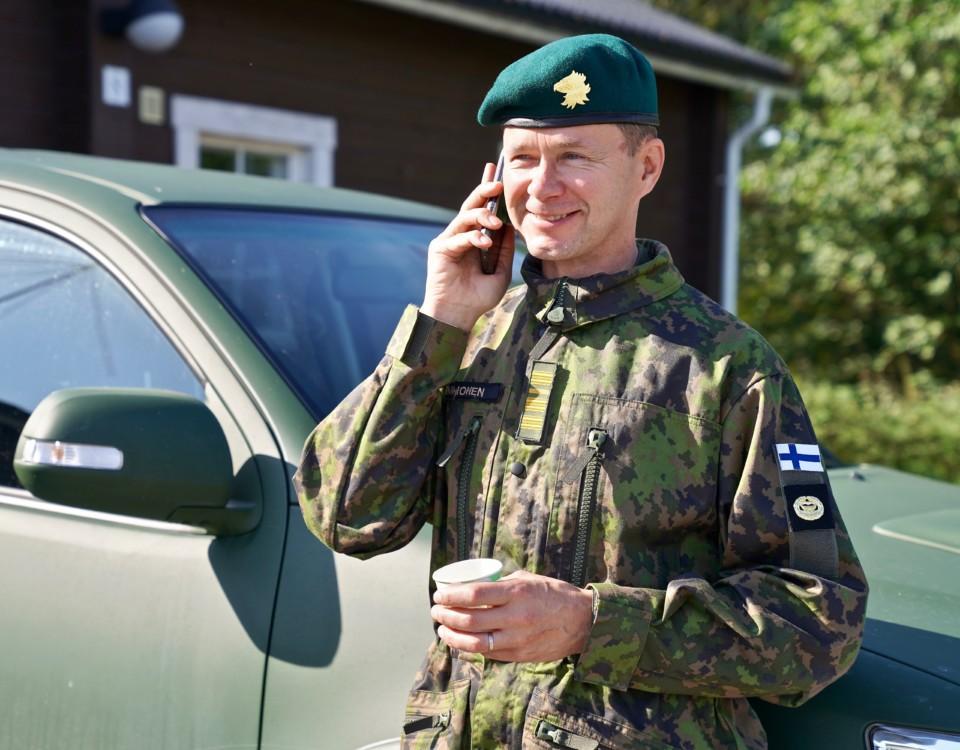 En militärman i telefon