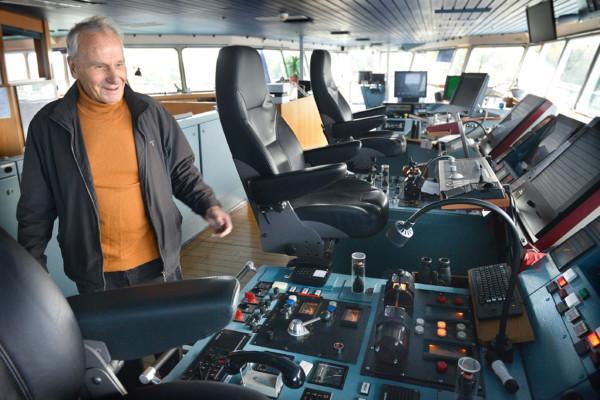 Man på ett fartygs kommandobrygga.
