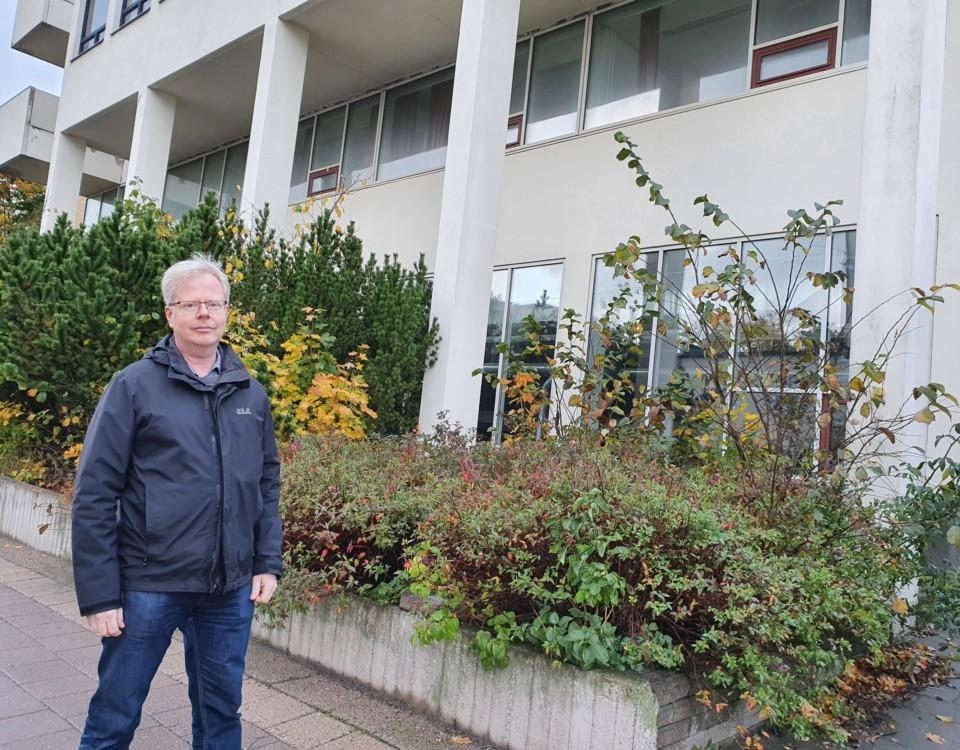 Lars Nyberg framför L-flygeln vid Smedsgatan 1.