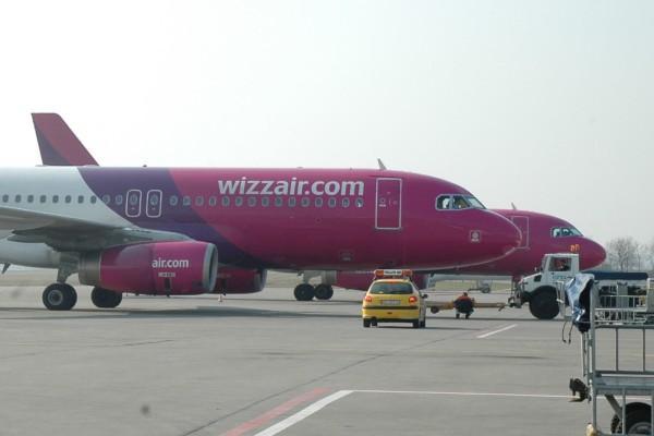 wizzairs flygplan på en flygplats