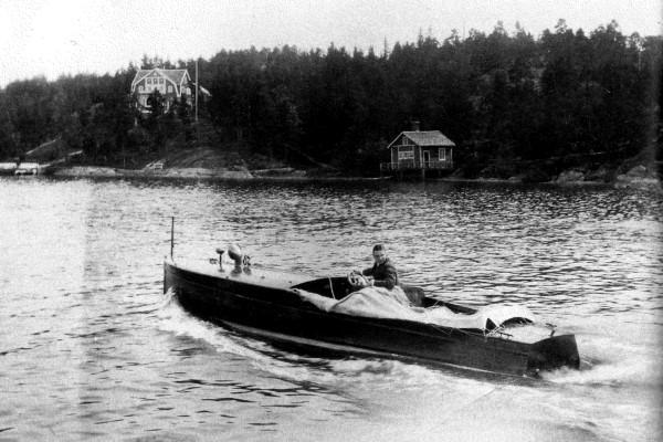 en svartvit bild av en båt