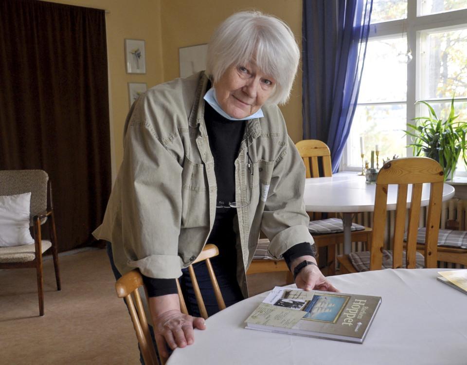 äldre kvinna med bok