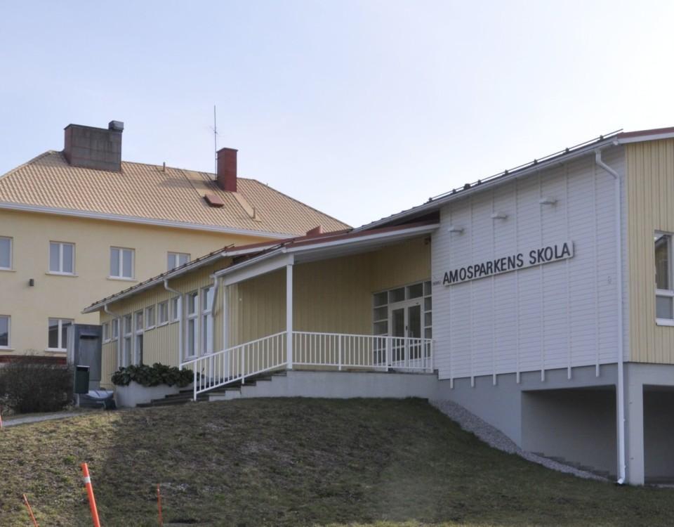 Skolbyggnad i två gula huskroppar