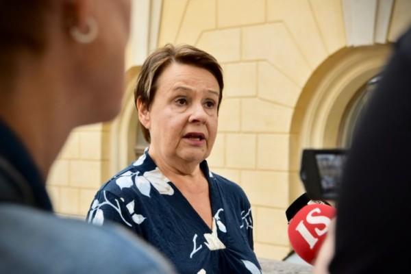 en kvinna framför en mikrofon