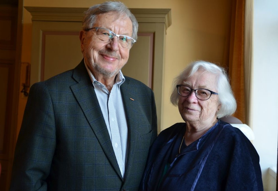 En äldre man och en kvinna.