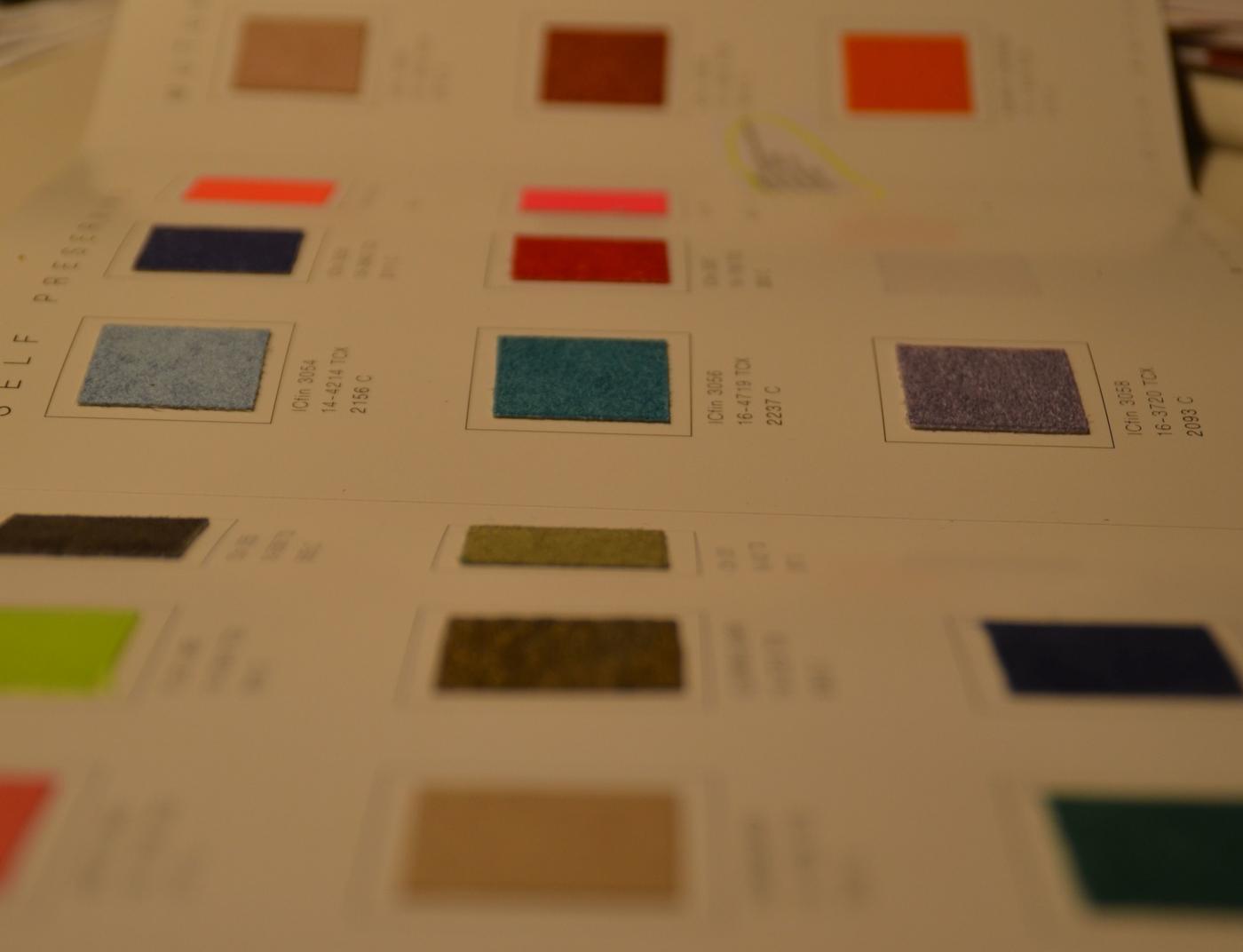 Olka färger på ett papper.