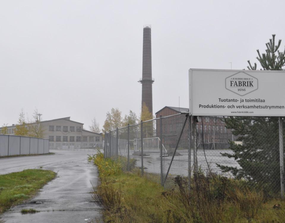 Infart till fabriksområde. Skylt: Dalsbruks Fabrik