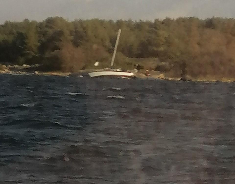 en segelbåt slår mot ett berg