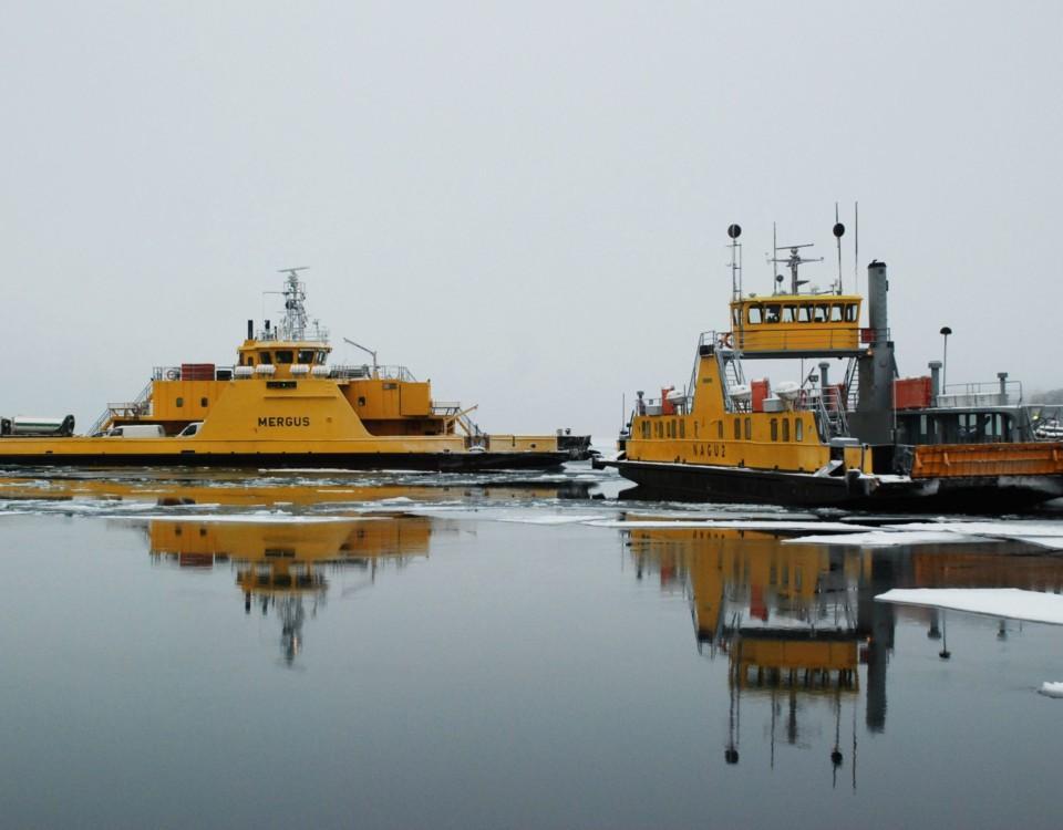 Landsvägsfärjorna Mergus och Nagu 2 på ett isigt hav.