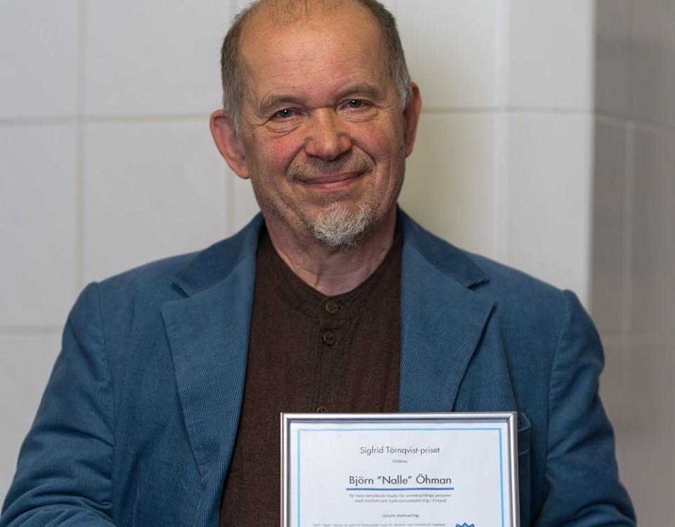 en man med ett diplom i handen