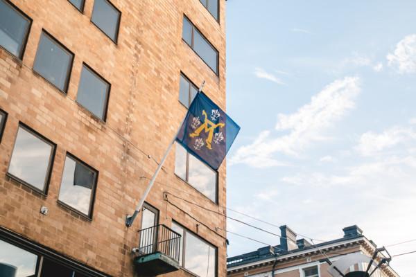 Åbo stads vapen på flagga på fasad