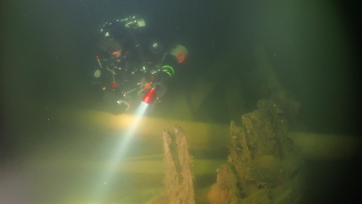 En dykare vid ett vrak under vatten.