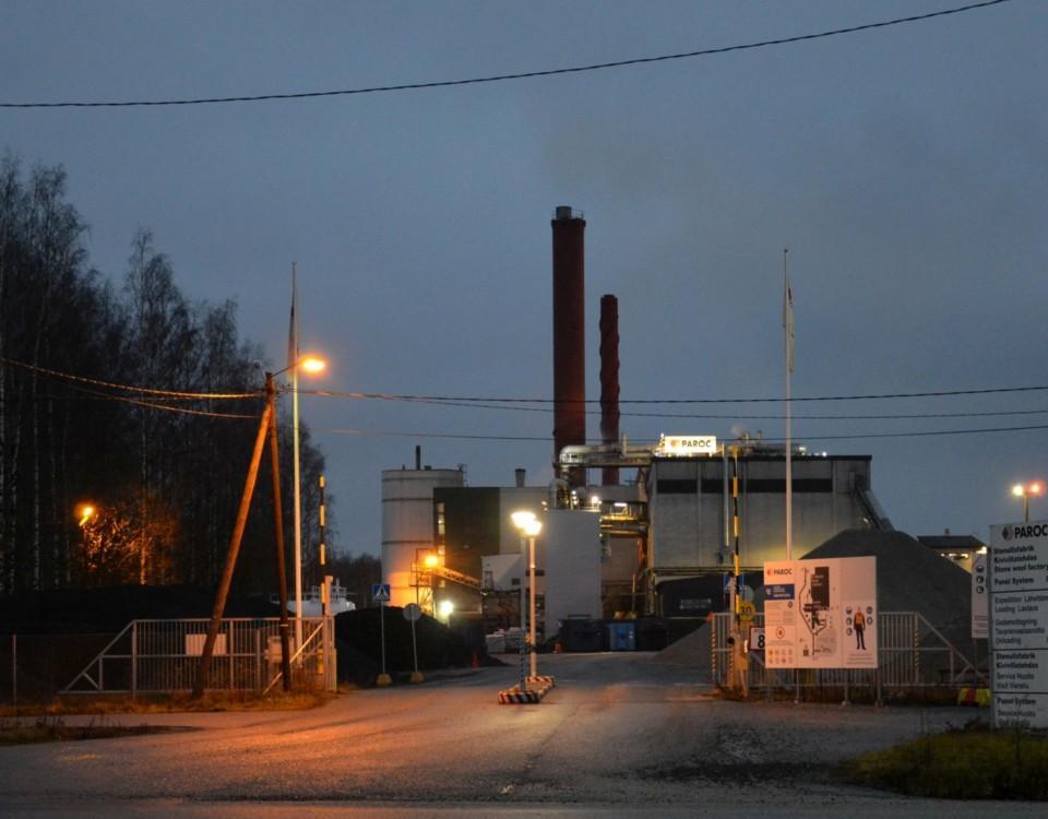 en fabriksbyggnad i skymningen