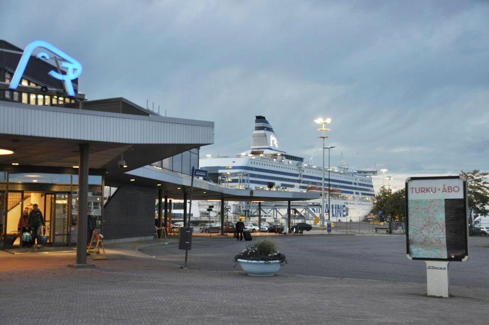 En bild av Siljas terminal i Åbo hamn, med Silja Serenade i bakgrunden.