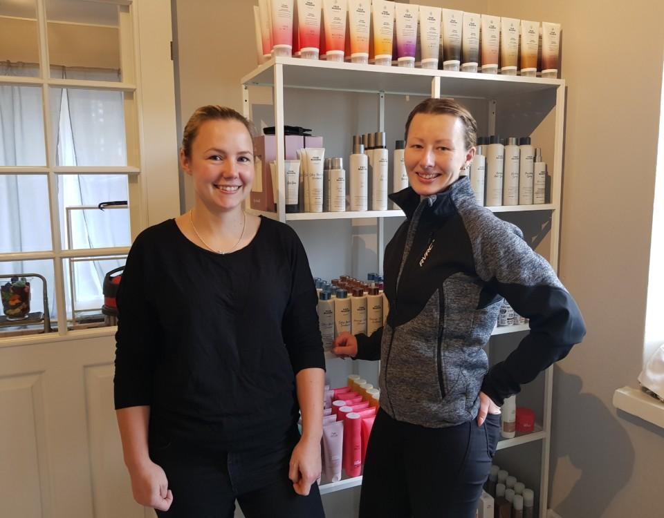 Två damer i en frissalokal som inte är helt färdig