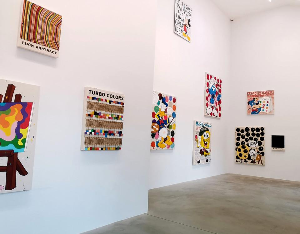 vita väggar med färgglad konst